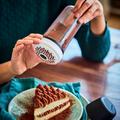 Tupperware Parmesano gefüllt mit Kakao zum streuen auf Kuchen