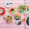 Tupperware Clear Collection 1,3 l die komplette Serie serviert auf dem Tisch, mit Salaten und Dips gefüllt