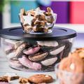 Tupperware Clear Collection 4,0 l elegant präsentiert auf dem Tisch, gefüllt mit Salat und Dips