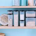Tupperware Maxi-Eidgenossen-Set Gefüllte Vorratsdosen im Schrank sorgen für Übersicht und Ordnung