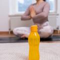 Tupperware Flaschenpost gelb Wasserflasche beim Yoga